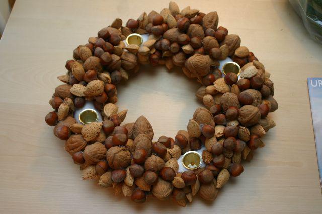 Поэтапные фото, как сделать своими руками новогодний венок из орехов