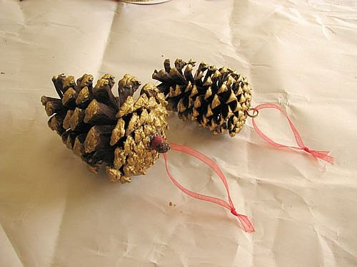 Как сделать украшения на елку из шишек своими руками?