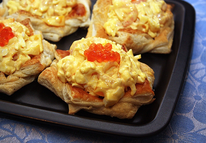 Очень вкусный и сытный салат, который хорошо подходит для подачи небольшими порциями в тарталетках...