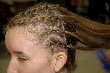 Собрать волосы в хвостик