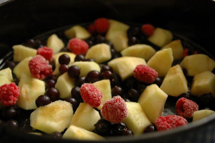Шарлотка с ягодами