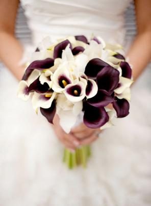 Отлично будет смотреться букет из цветов разного цвета. Рекомендуем выбрать букет, резко контрастирующий со свадебным платьем. Все больше и больше свадеб